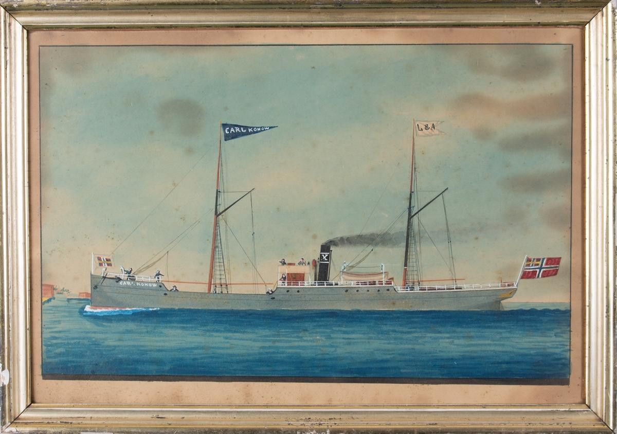 Skipsportrett av DS CARL KONOW, ukjent havnemotiv for stavnen. Svy mann på dekk, fartøyet fører navnevimpel og norks flagg med unionsmerke. Skorsteinsmerke X (Rasmus F. Olsens rederimerke)