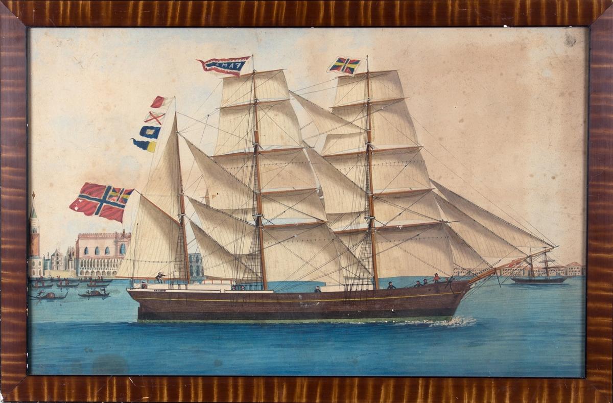 Skipsportrett av bark FAMA foran Dogepalasset og Marcusplassen i Venezia. 9 mann på dekk Norsk flagg med svensk-norsk unionsflagg i bakre mast, samt signalflagg HVPG og navnevimpel i mastene.