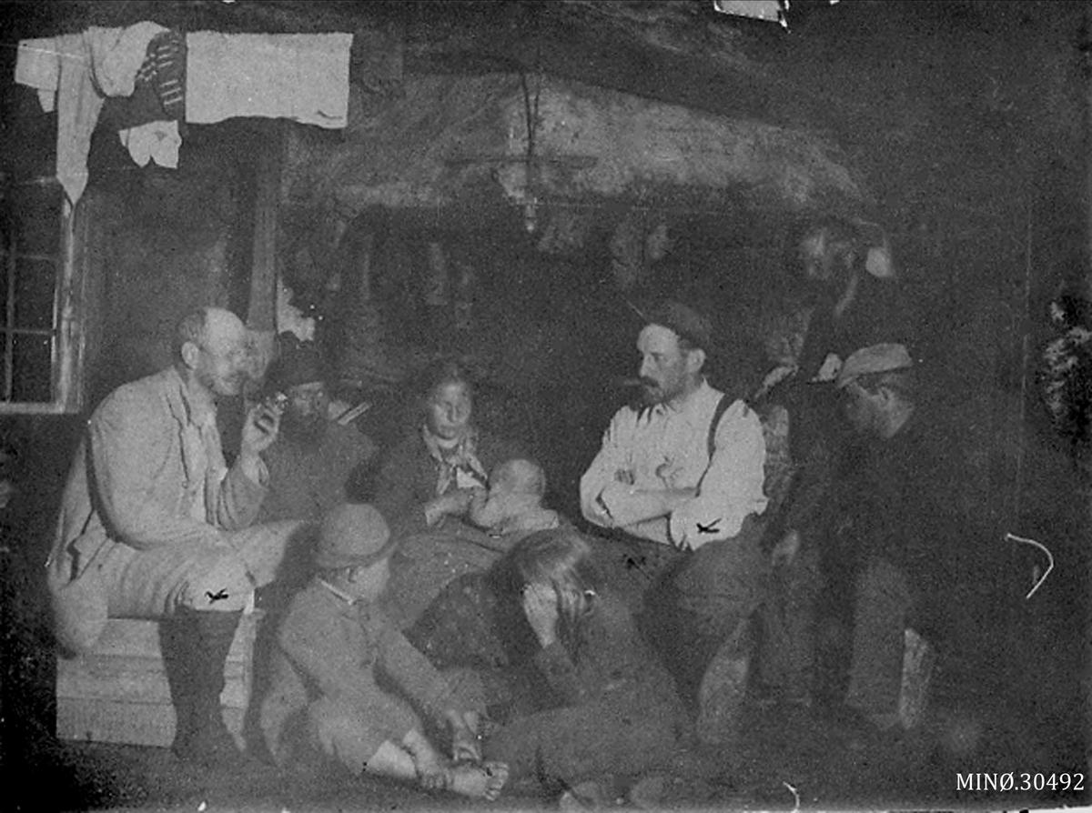 Personer ved peis på Skarven seter.
