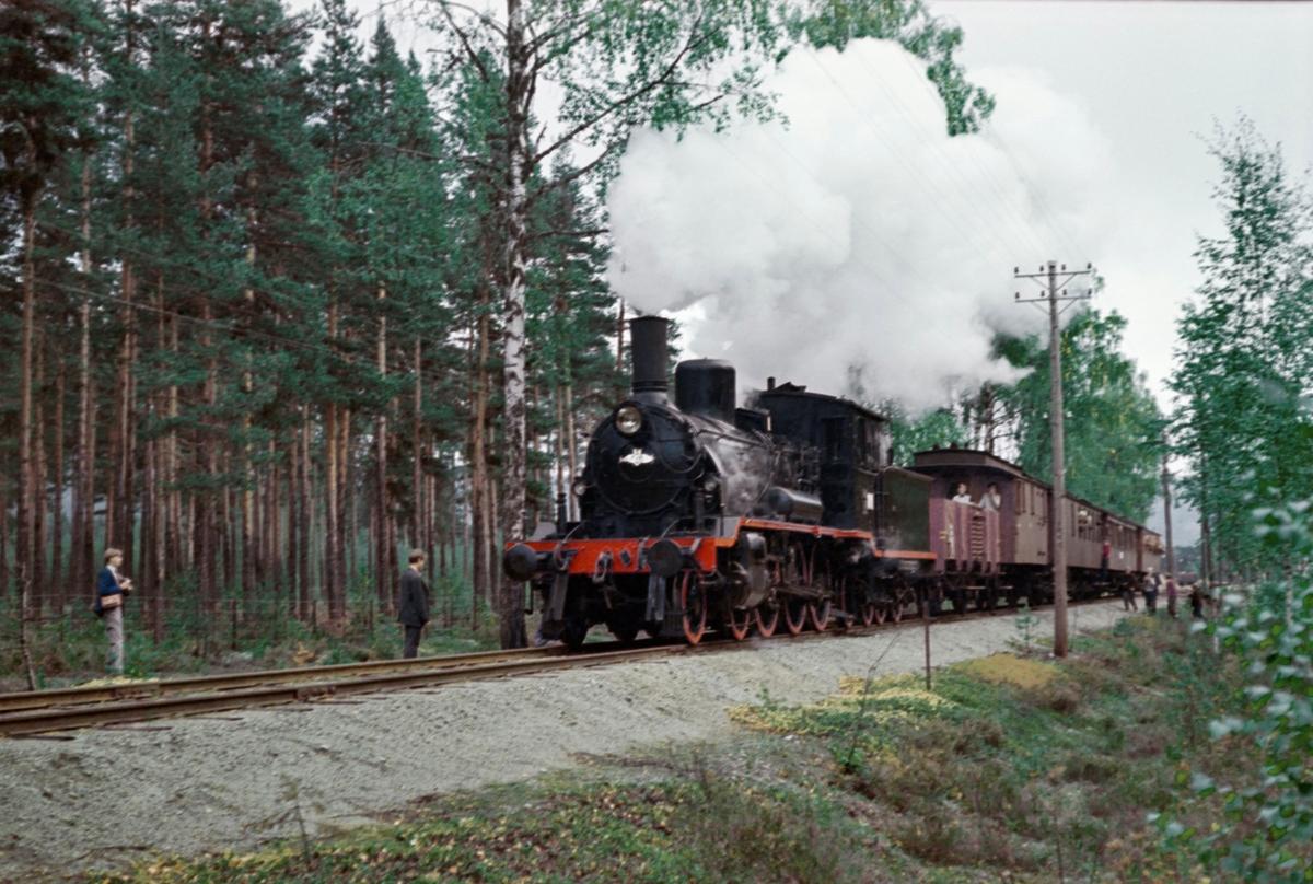 Underveis med A/L Hølandsbanens veterantog fra Drammen til Krøderen. Toget trekkes av damplokomotiv 18c 245. Fotokjøring ved Kløftefoss.