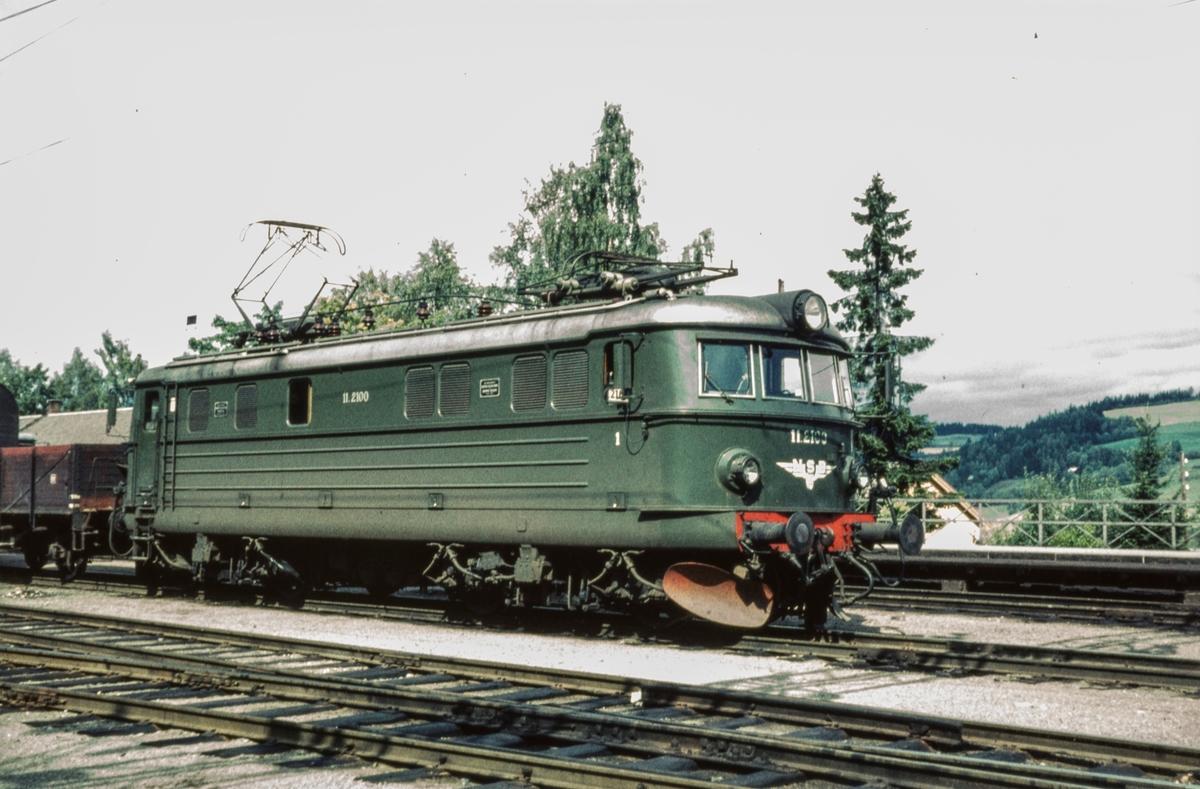 Godstog fra Gjøvikbanen til Oslo på Roa stasjon. Toget trekkes av elektrisk lokomotiv type El 11 nr. 2100.
