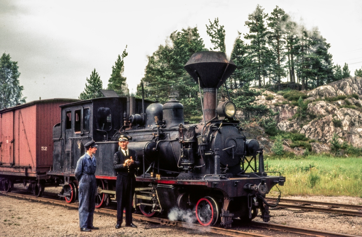 Blandet tog fra Grovane til Byglandsfjord på Moisund stasjon. Toget trekkes av Setesdalsbanens damplokomotiv nr. 5.