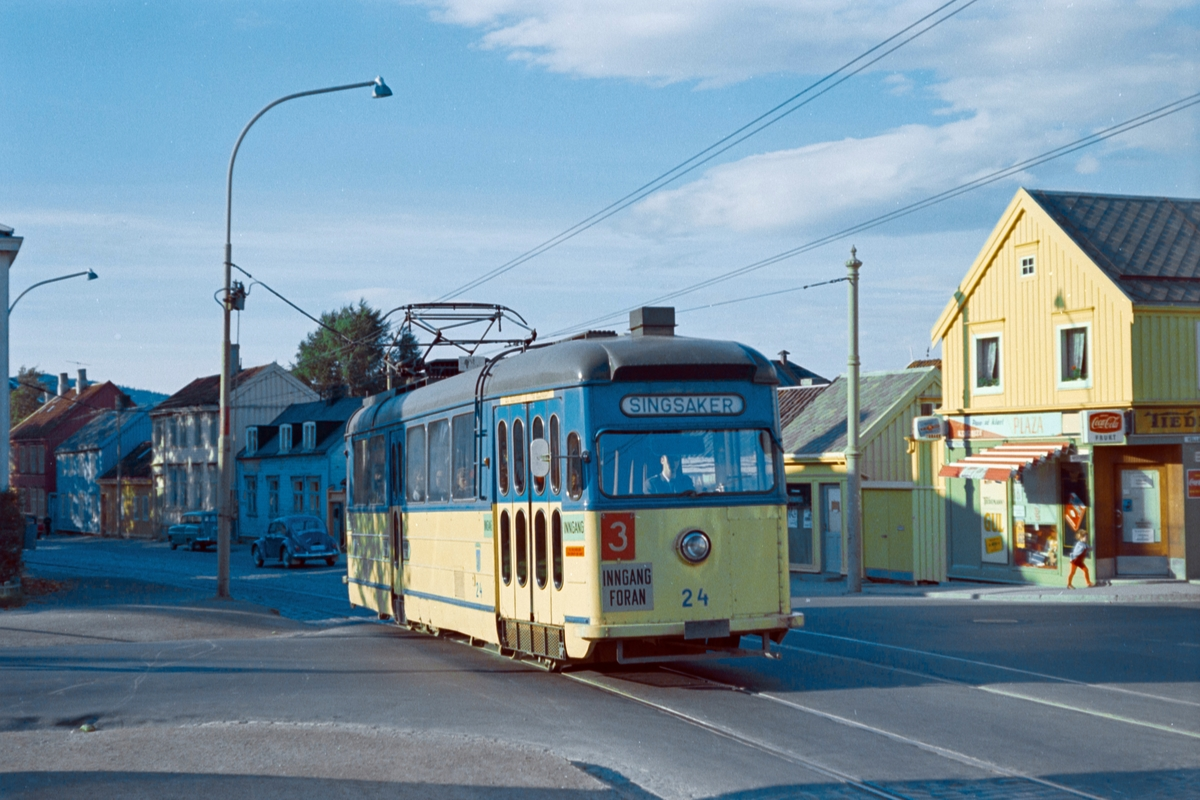 Trikk på linje 3 til Singsaker i Klæbuveien i Trondheim. Trondheim Sporvei vogn 24.