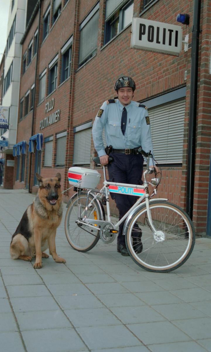 Politikonstabel Erlend Fjeldheim med den første uniformerte sykkelen til Follo politikammer og hunden Rex.