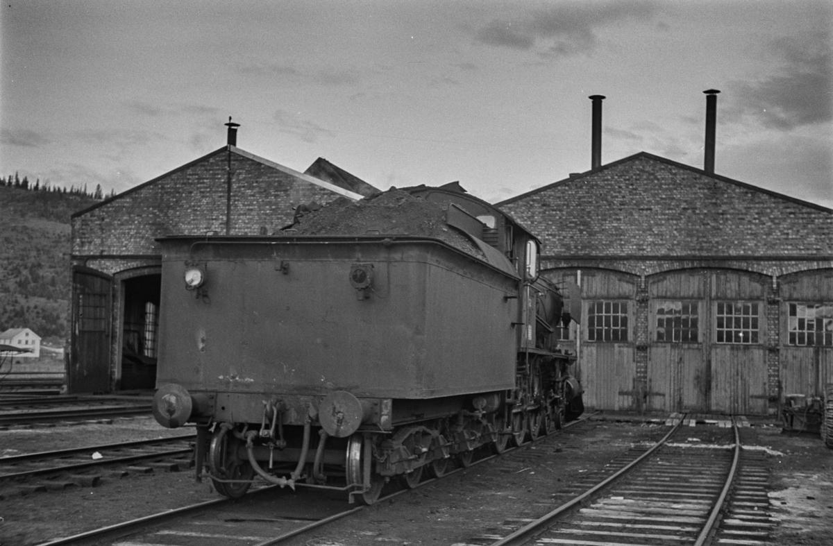 """Damplokomotiv type 30a nr. 272 ved lokstallen på Støren stasjon. Blant lokomotivpersonalet ble lokomotivet benevnt """"Prinsessa""""."""
