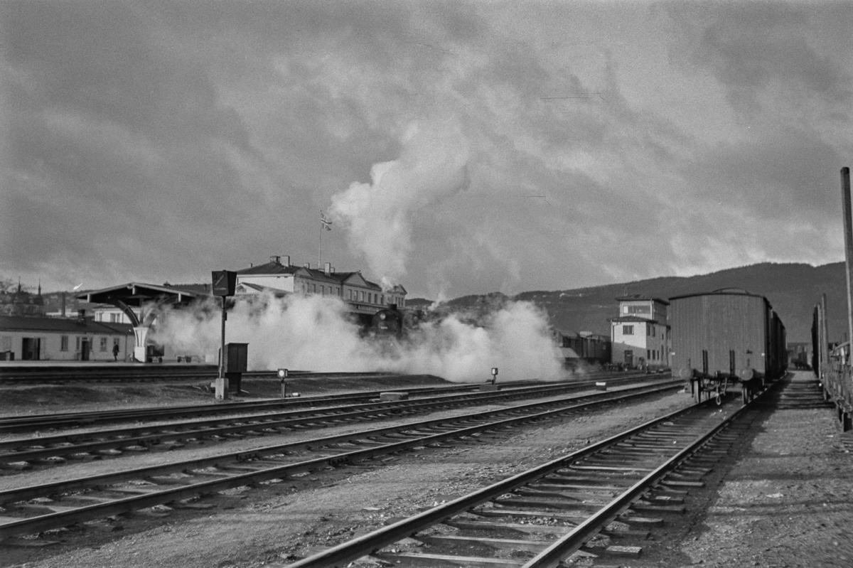 Trondheim stasjon. I bakgrunnen sees damplokomotiv type 63a nr. 5854.