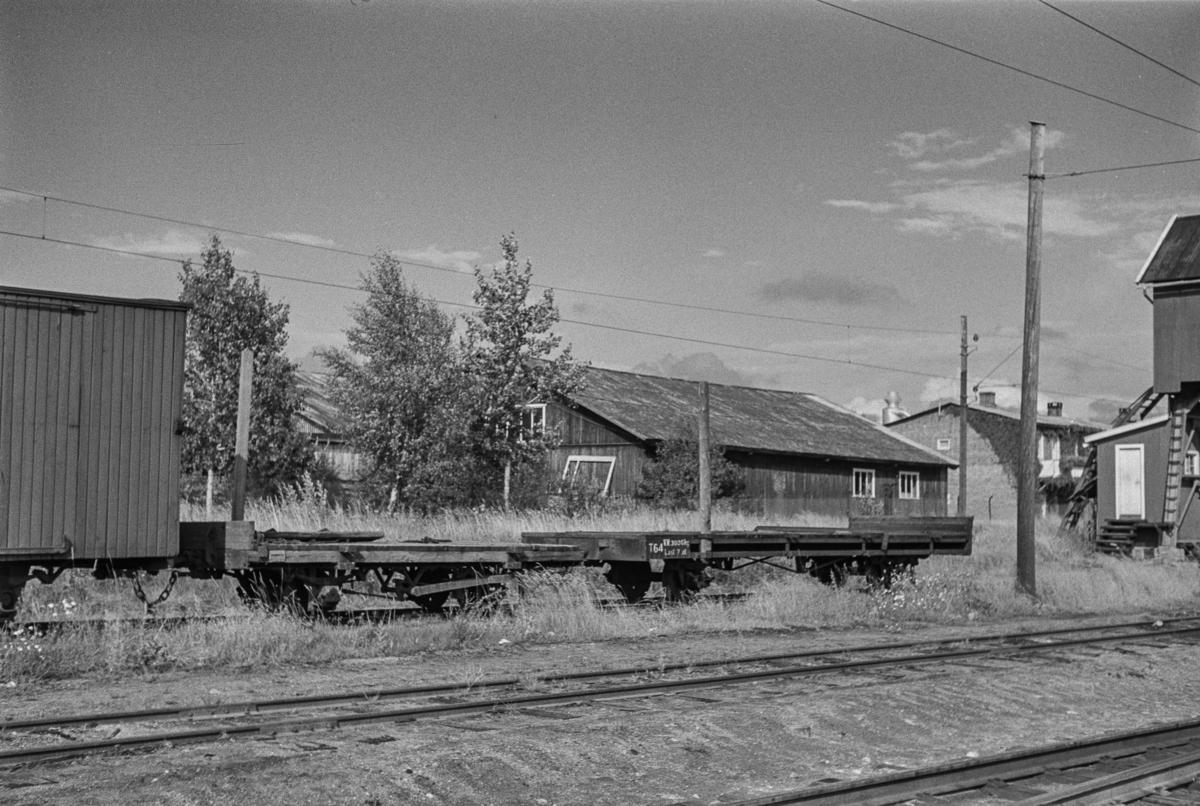 Hensatte godsvogner på Sørumsand stasjon etter nedleggelsen. I bakgrunnen en av bygningene til Sørum Trevarefabrikk.