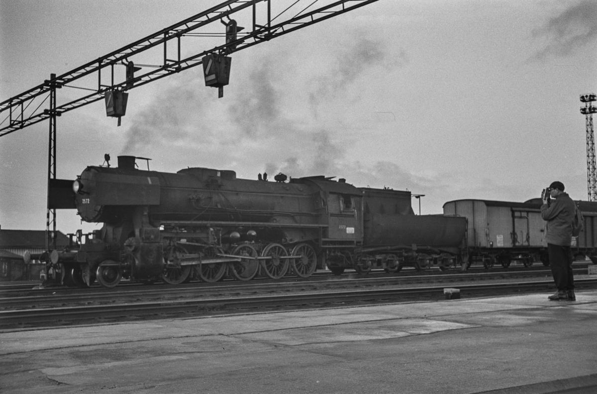 Damplokomotiv type 63a nr. 2572 på Trondheim stasjon.