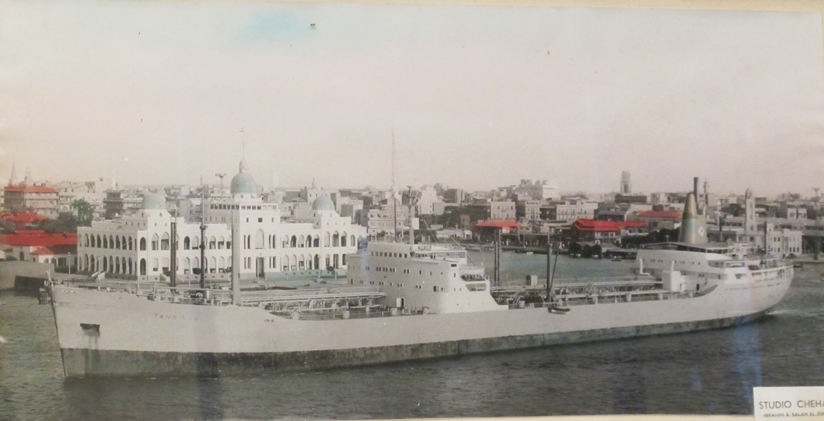 Skipsportrett, tankbåt MT Tank Earl, tilhørende rederiet Sigurd Herlofson & Co, Oslo. Skipet er fotografert i Suez-kanalen i byen Port Said.