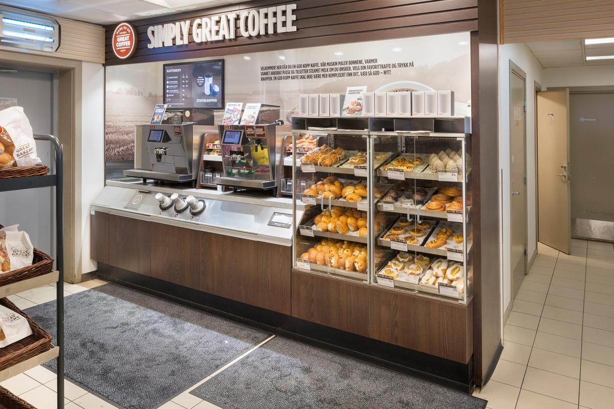 Statoil Dal. Butikk interiør med veggseksjon med kaffeautomat, ferske kaker og boller, engangsbegre og tilbehør.