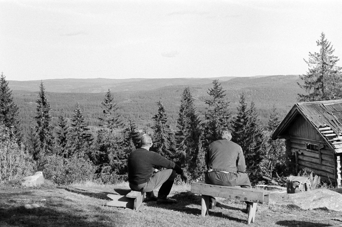 Tempelvangen, Stange allmenning, f.v. Arvid Sanden, ukjent, benker seterbruk på Hedmarken,