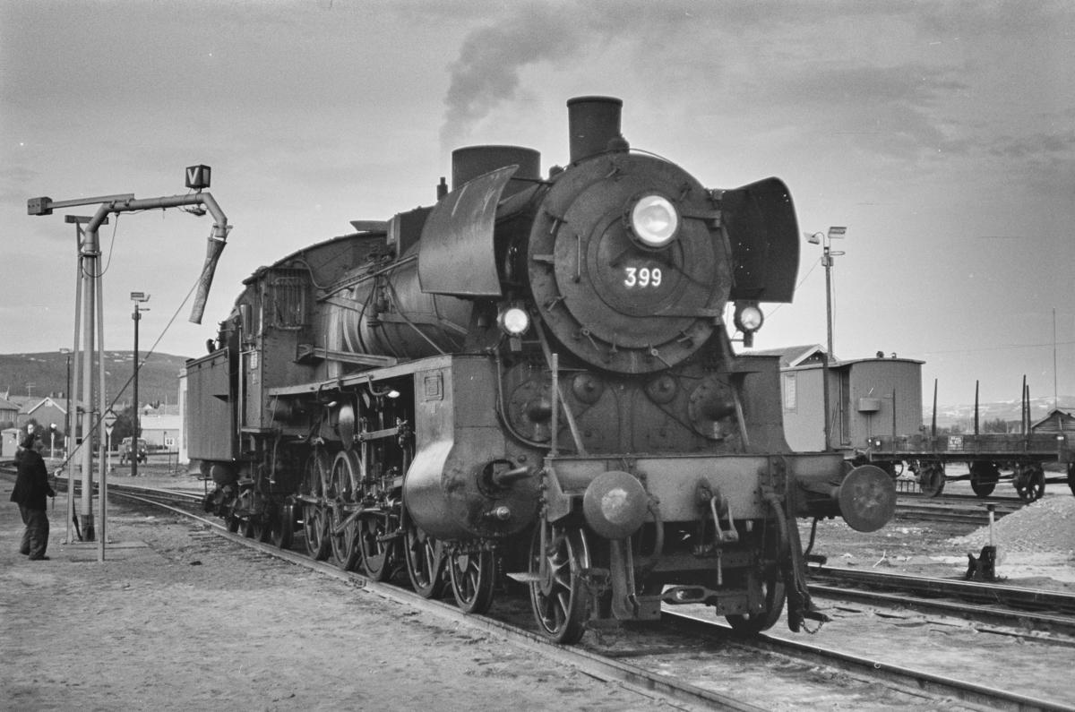 Damplokomotiv type 26c nr. 399 ved vannstenderen på Røros stasjon.