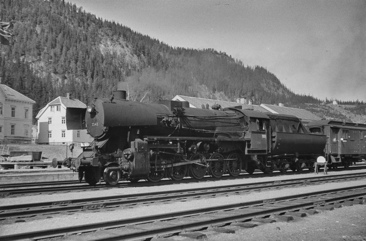 Tog med vogner lastet med pukk på Støren stasjon. Toget er underveis til Dovrebanen. Toget trekkes av damplokomotiv type 63a nr. 2343.