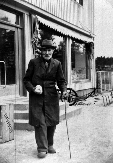 Gamle Kindberg handlar hos bröderna Finnson i Bograngen.