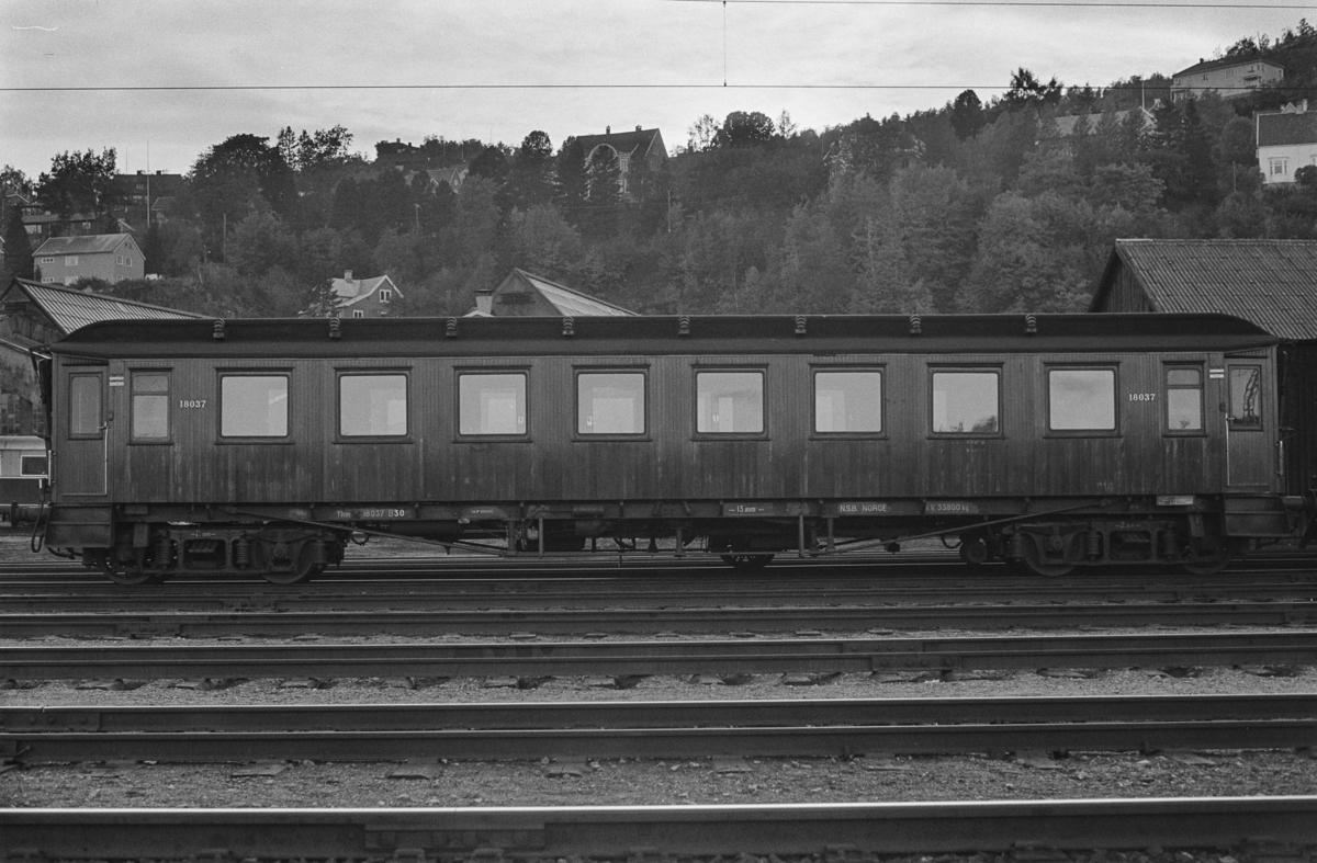 Personvogn litra BF30 nr. 18037 på Marienborg.