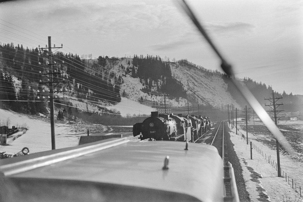 Utrangerte damplokomotiver type 63a hensatt på Søberg, nærmest 63a nr. 5847. Sett fra førerrrommet på diesellokomotiv Di 2 827.