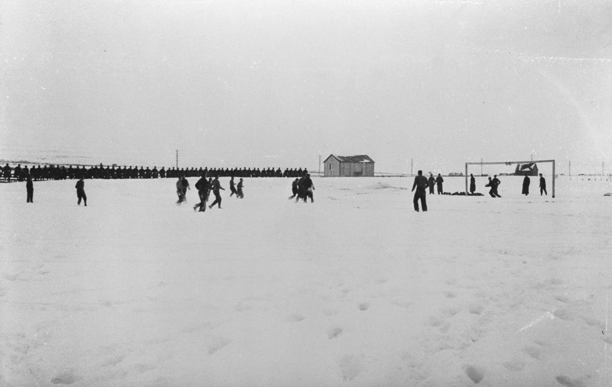 Tyske soldater spiller fotball. Fotografert av en tysk soldat i 1941 Matthias Schlagwein.