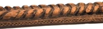 Fyrsidigt alnmått, snidat på översidan med två parallella repstavsornament och med kilsnittsbårder vid kanterna. Mässingstift och skåror som skala.
