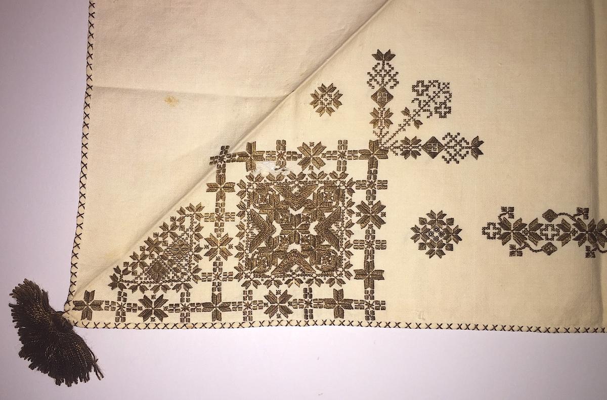 Blomsterinspirerat mönster i kvadrater i hörnen. Runt kvadraterna bård i blomstermotiv. Mellan kvadraterna på ryggsnibb och framsnibbar en liten bård.  På ryggsnibben tre kvadrater och fyrkantig  majstångsspira samt märkning med årtal och initialer. På varje framsnibb en kvadrat och en trekant. Sex ornament.