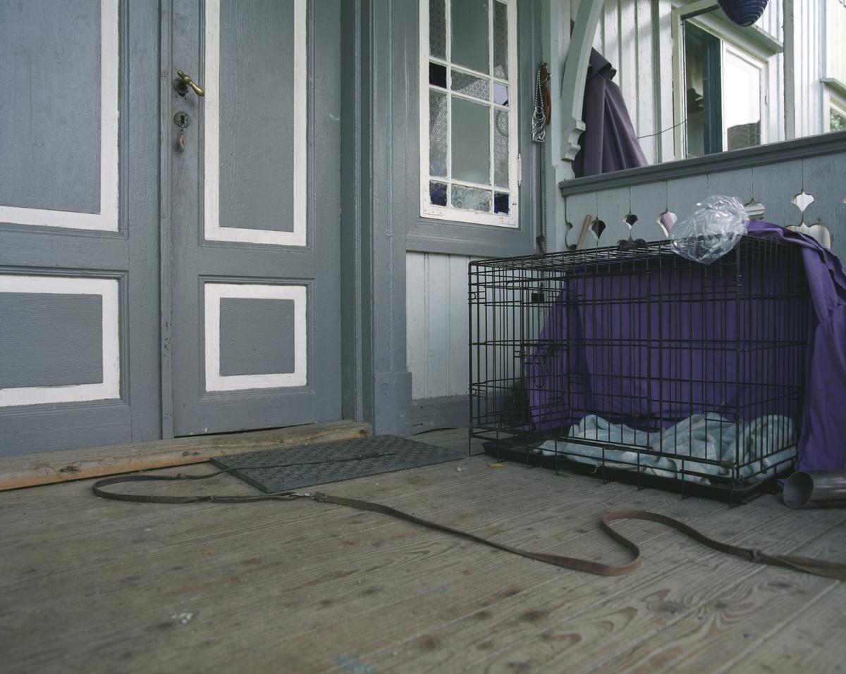Hjemme hos hunden Ronja. Hundebur og hundeline utenfor inngangsdøren.