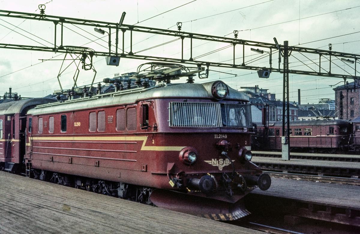 Elektrisk lokomotiv El 11 2149 med persontog på Oslo Østbanestasjon.