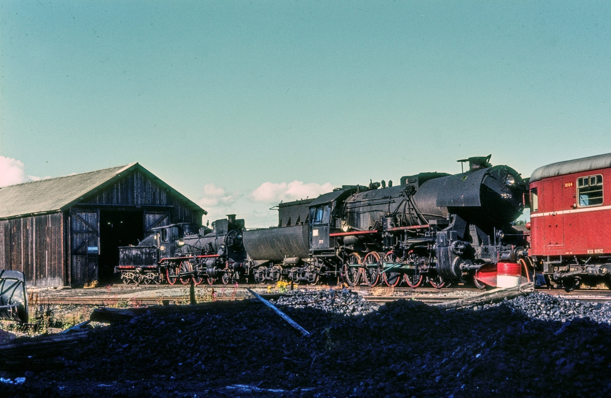 Utrangert damplokomotiv type 63a nr. 2570, hensatt på Marienborg ved Trondheim. Til venstre damplok type 27a nr. 234.