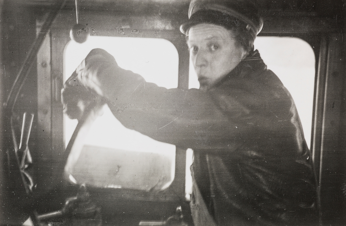 Lokomotivfører Johan Erik Jarvik på førerplassen på damplokomotiv type 21a nr. 175, i godstog mellom Grong og Namsos.