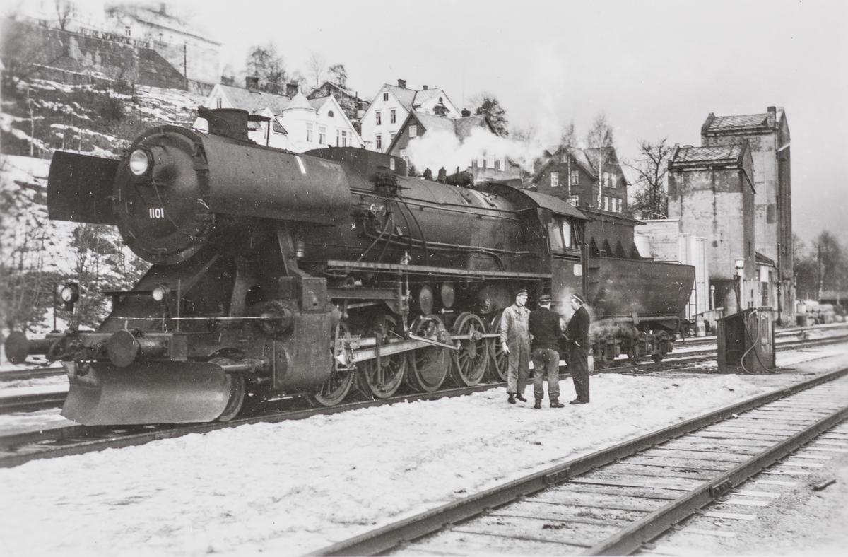 Fylling av olje på oljefyrt damplokomotiv type 63a nr. 1101.