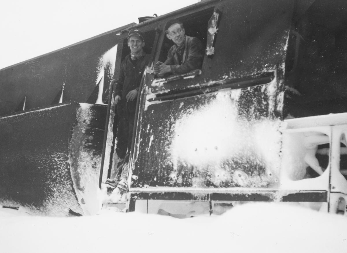 Lokomotivpersonalet på snøryddingstog på Nordlandsbanen, trukket av damplokomotiv type 63a nr. 5860.