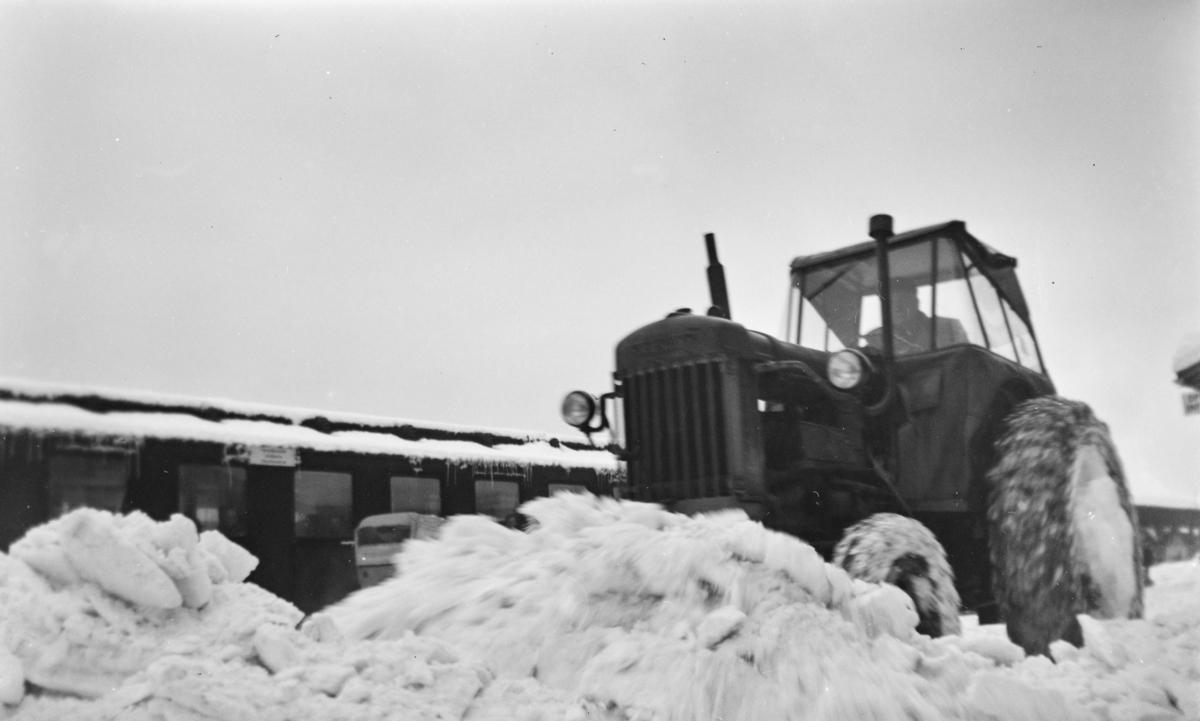 Snørydding med traktor på Trondheim stasjon.