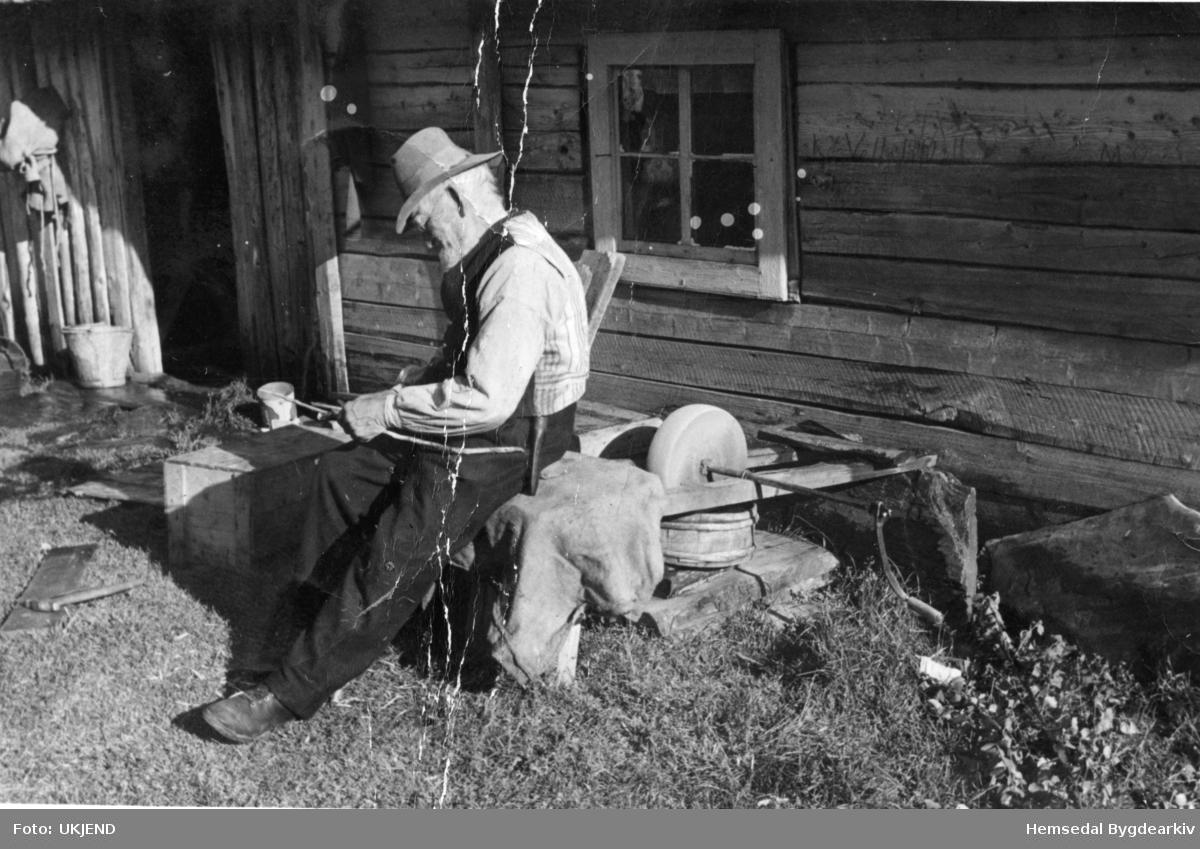 Jon Wøllo (1852-1947). Ved slipesteinen ved stølsbua i Hydalen, g.nr 85, b.nr 1