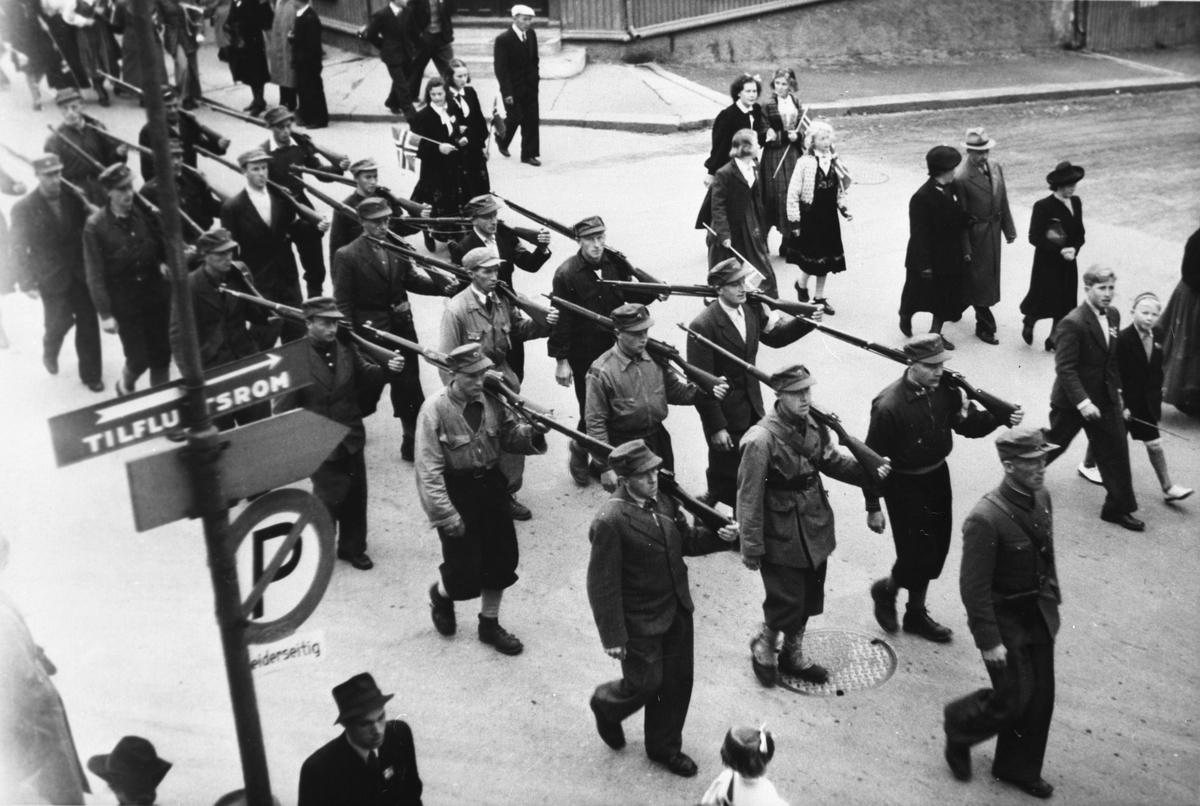 Repro, milorgkarer fra Gausdal, 17. maitog, Lillehammer 1945 Foran ses Jon Nordrum. I midten i første rad Borgfinn Arnhold Wadahl.