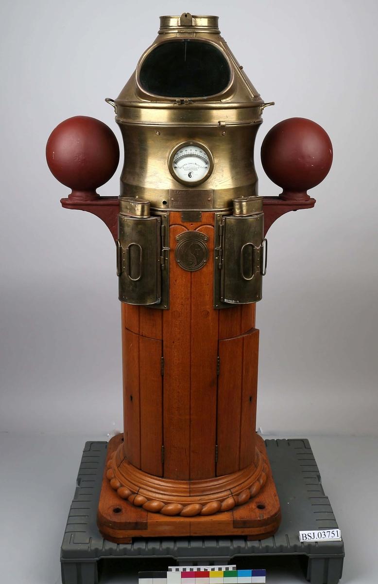 Natthus i teak med kvadrantkuler og belysning, men uten kompass Luftkompass BSJ.01612 montert i natthus.