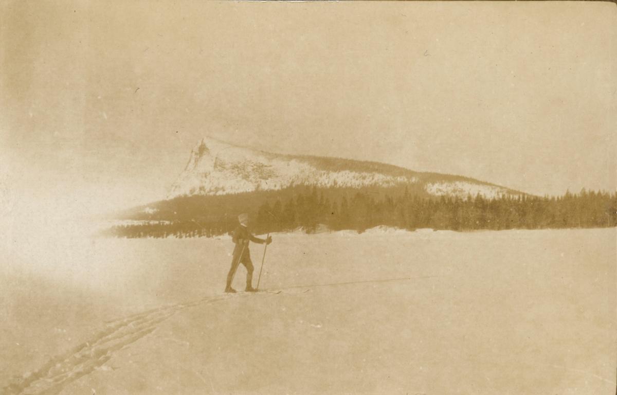 Fotoalbum innehållande bilder från åren 1915-1917 föreställande Jämtlands fältjägarregemente I 23.