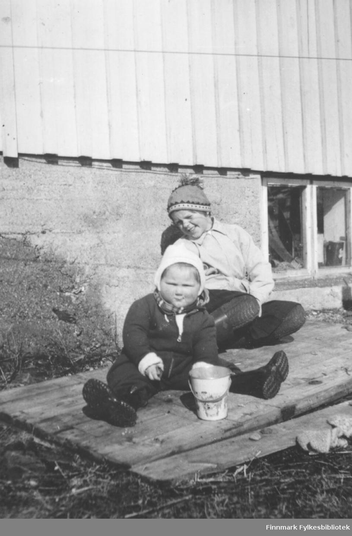 Barna fotografert utenfor hjemmet. Familiealbum tilhørende familien Klemetsen. Utlånt av Trygve Klemetsen. Periode: 1930-1960.