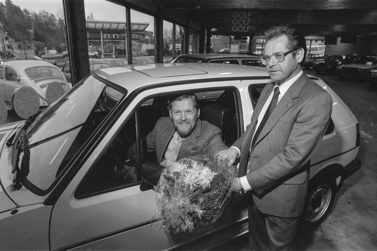 Follo Bilsenter A/S. Disponent i Follo bilsenter overleverer bil nummer 100 til Personalsjef Helge Smogeli i A/S EDB i Oslo.