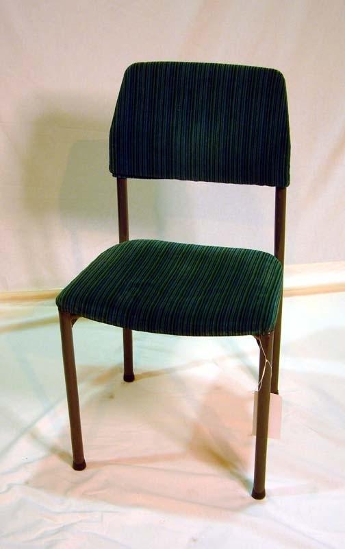 Stolsunderrede av grålackerade stålrör: korslagda rör under sitsen, ryggstöd och fyra släta, raka ben. Stoppad sits och ryggtavla, klädda med grön plyschtextil med tunna blå och mörkgröna ränder. Längst ned på varje stolsben stolstassar av grå plast. Sitsens undersida av trä. Jämför Jvm 19007, 19008, 19009.     Enligt uppgift kallas den textil som stolen är klädd med för Mokett, modifierad acryl och tillverkningstekniken är plyschvävt.    Stolen har funnits i en så kallad RB-vagn som fanns i varianterna RB2, RB3 osv. Det var ombyggda, äldre personvagnar och gjordes 1965-1968.