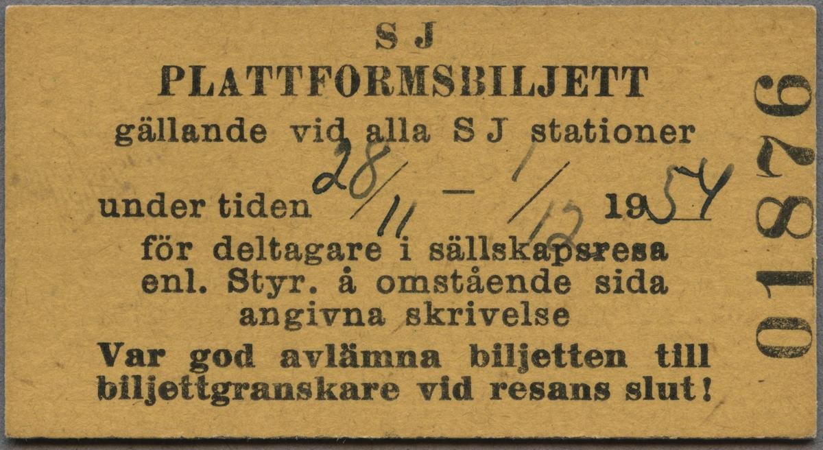 """Edmonsonsk biljett av gulgrön kartong med tryckt text i svart: """"SJ PLATTFORMSBILJETT gällandevid alla SJ stationer under tiden 28/11 - 1/12 1954 för deltagare i sällskapsresa enl. Styr. å omstående sida angivna skrivelse Var god avlämna biljetten till biljettgraskare vid resans slut!"""". Texten är tryckt på biljettens långsida, förutom biljettnumret """"01876"""", som står på höger kortsida. Datumet är handskrivet. På baksidan finns handskriven text som rör resan."""