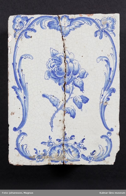 """KLM 9904:1-2. Kakel. Kakelugnskakel. Svagt blå glasyr med blå dekor i form av blommor och bladrankor.  Förteckning över ugnens samtliga kakel, med mått inom parentes, gjord i samband med inventering 1964: :1. 2 st fasadkakel (31,5x23,5 cm)      1       -""""-          (31,5x23 cm)      1       -""""-          (31,5x11,5 cm)      1       -""""-          (31,5x11 cm)      1       -""""-          (21,5x12 cm)      1       -""""-          (14x10 cm) :2. 2 st hörnkakel (31,5x26 cm)"""