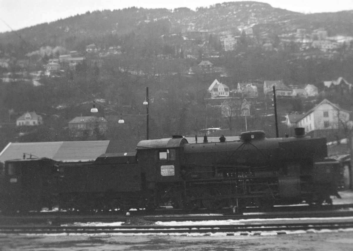 Damplokomotiv type 33a nr. 299 hensatt på Bergen stasjon før opphugging Hugget hos Einar Cook, Nyhavn, Bergen, januar 1961