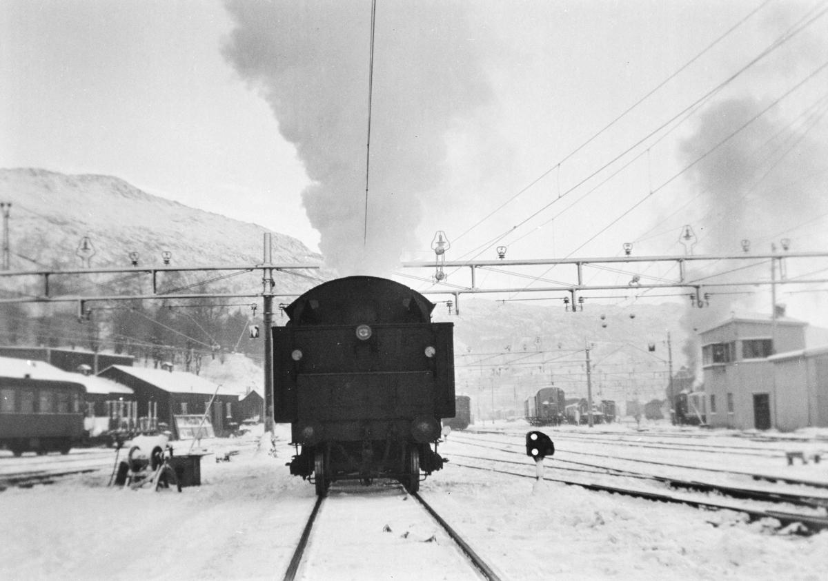 Damplokomotiv type 33a nr. 300 i skiftetjeneste på Bergen stasjon.
