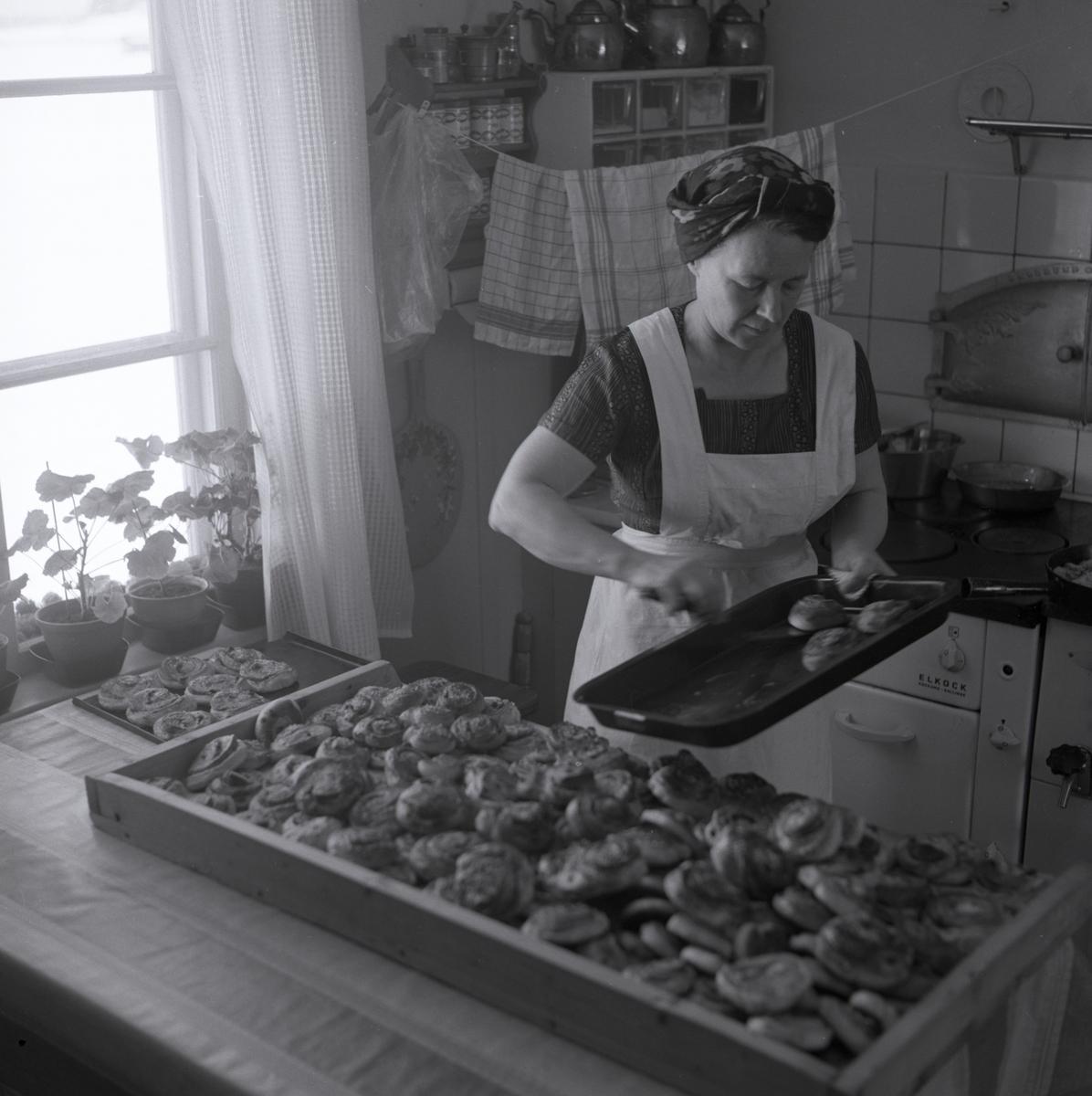 En kvinna bakar bullar i köket på gården Sunnanåker, 1967.
