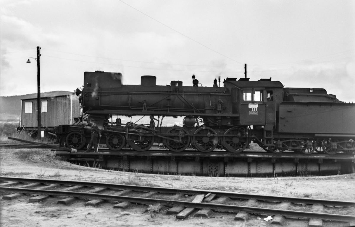 Damplokomotiv type 26a nr. 215 på svingskiven på Tynset stasjon.
