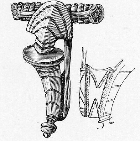 3 bronsespenner, 2 av typen R.233 (a,b), 1 av en enklere form uten utvidede partier (c). 5 spiralstykker til nålefestene (d,e,f,g,h), og en del av festet til en av spennene (i). I tillegg øverste del av en synål i bronse (j).