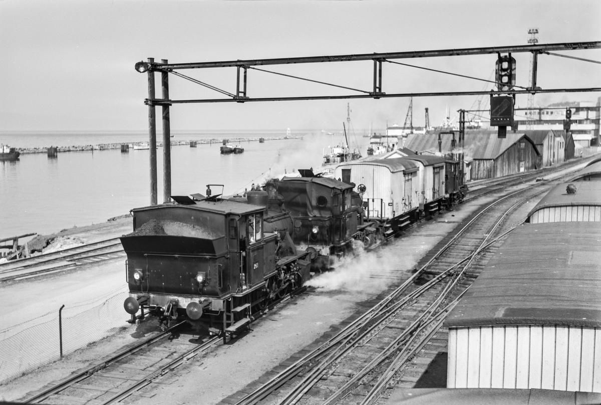 Damplokomotiver type 25 i skiftetjeneste på Trondheim stasjon. Fra venstre 25a nr. 261, 25c 383 og 25a 223.