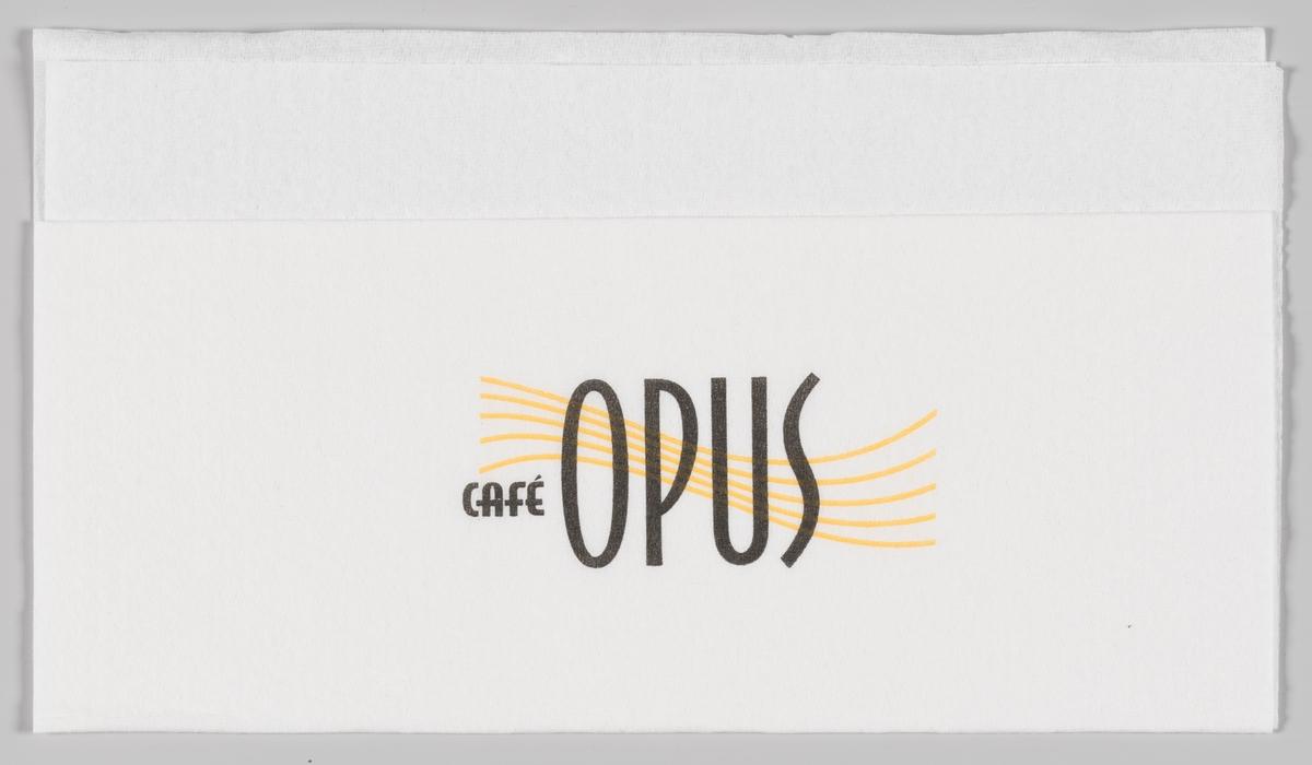 En bølgete notelinje og reklametekst for Cafe Opus.  Cafe Opus er en kjede av spisesteder som især finnes på storsentre.