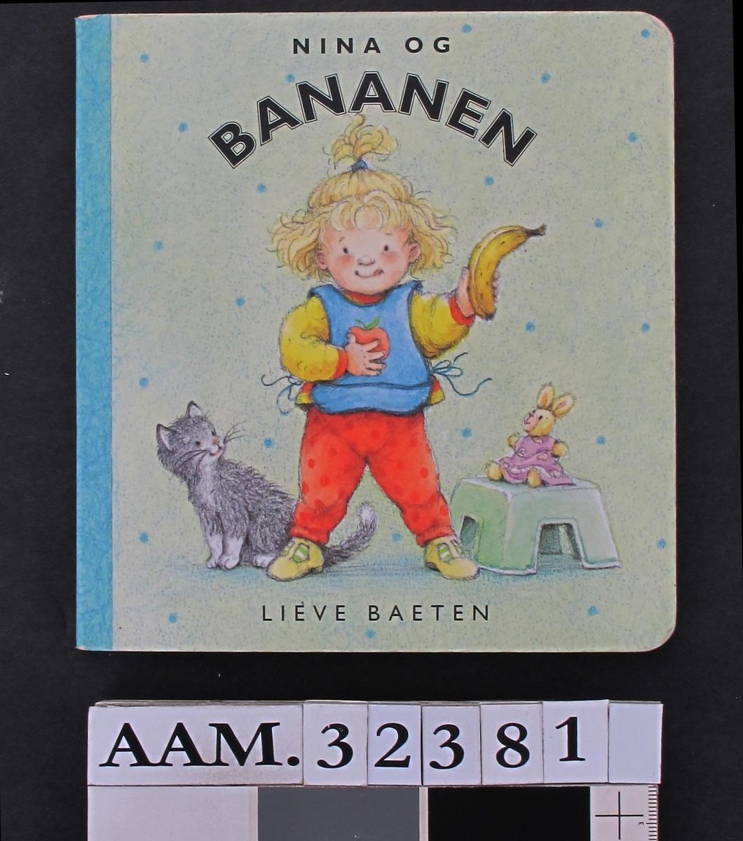 Jente som holder banan, katt, kosedyr på krakk.