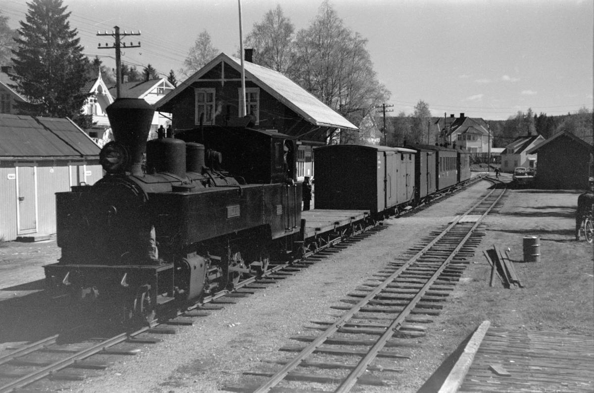 Blandet tog fra Skulerud til Sørumsand, på Aurskog stasjon. Toget trekkes av damplokomotiv nr. 6 HØLAND.