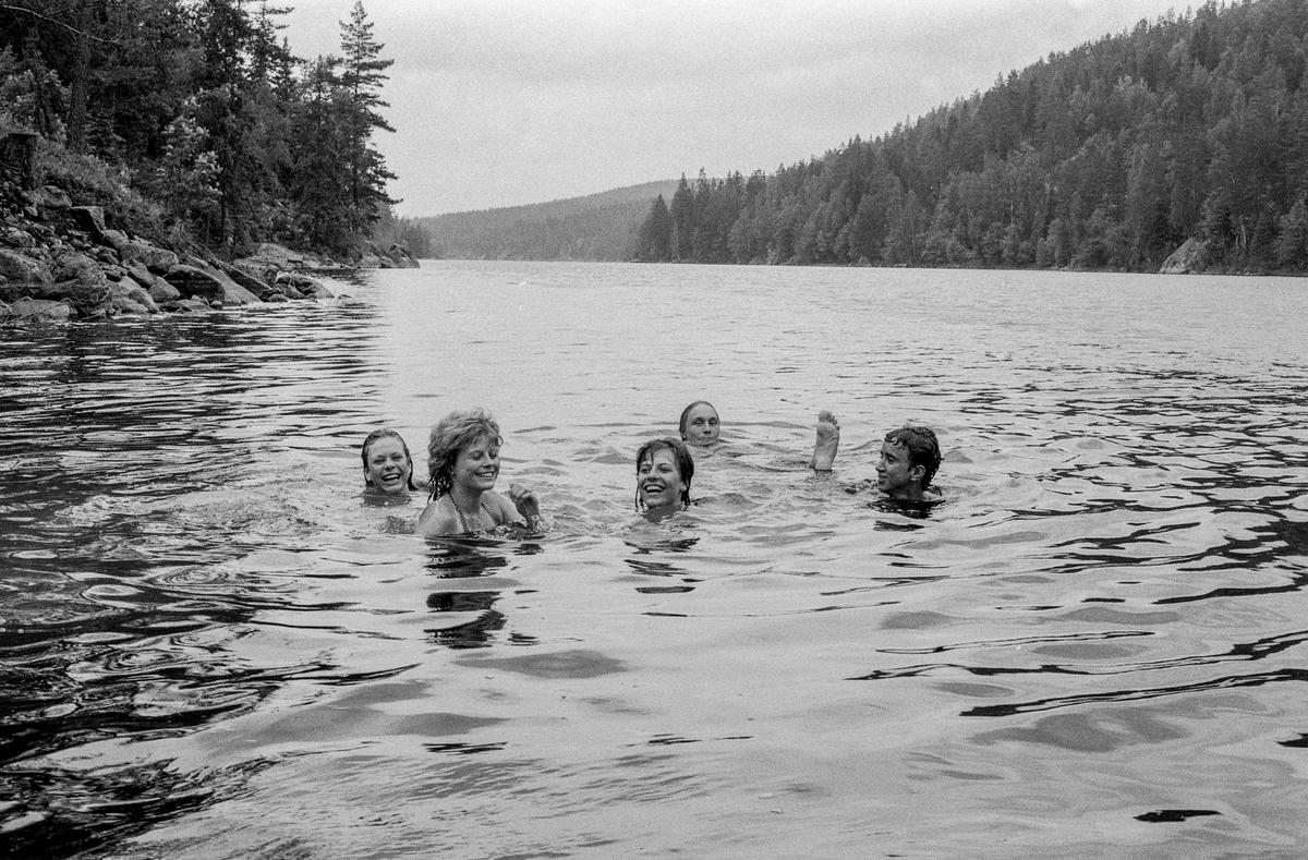 Slora leirskole. Oppegård kommune arrangerer leiskole for vennskapskommuner. Barn bader i ferskvann og gutt går på stylter. Den nye ungdomssekretæren i Oppegård, Trond Østby og Lise-Lotte Sandstrøm fra Sollentuna.