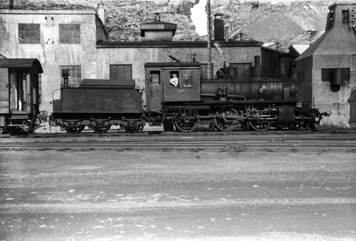 Sulitjelmabanens damplokomotiv nr. 85 med persontog i Lomi.